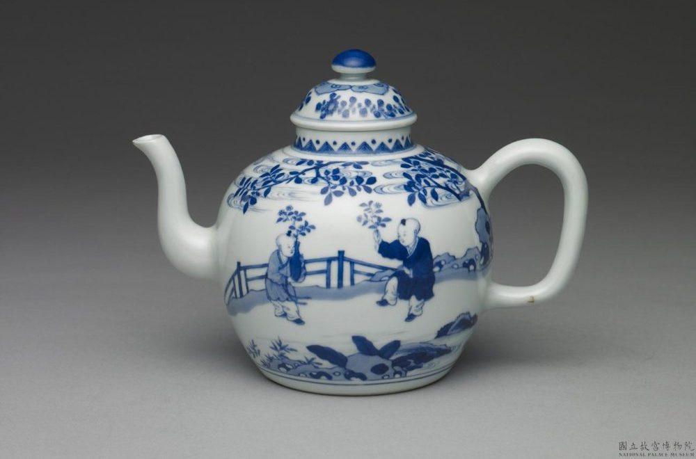 青花嬰戲圖茶壺(清 雍正時代 国立故宮博物院 蔵)