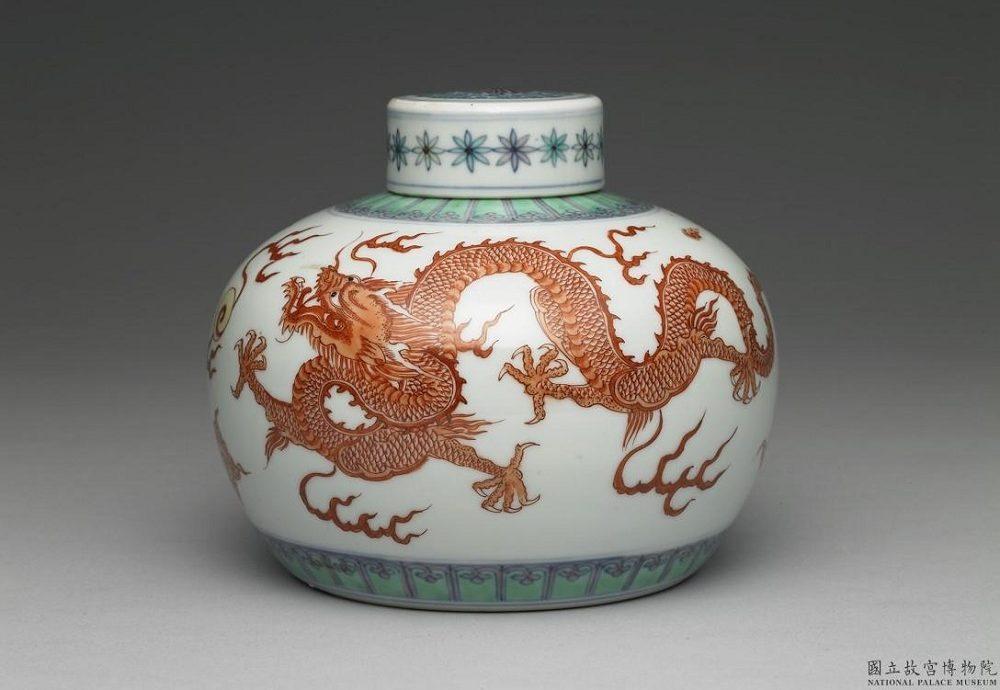 白地五彩紅龍瓶白地五彩紅龍瓶(国立故宮博物院 蔵)