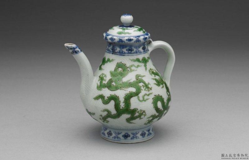綠彩釉龍紋小執壺