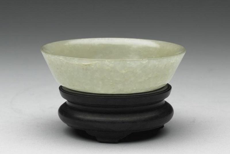 玉碗と足付きの木台(中国清代1644-1911 国立故宮博物院蔵 )