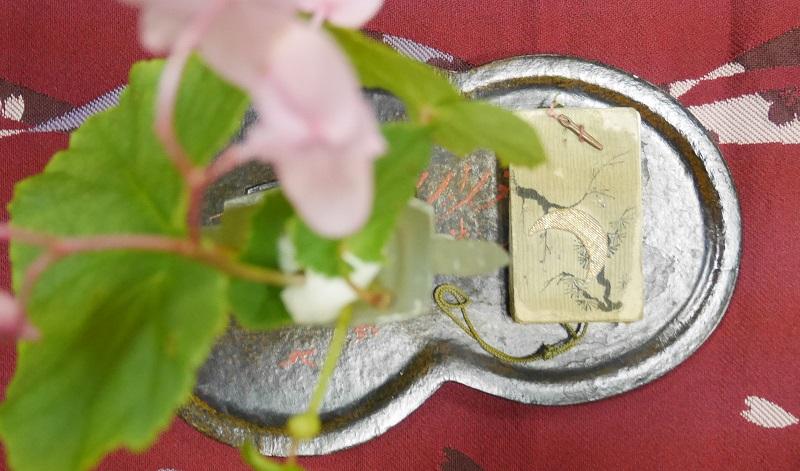 松に三日月の香合
